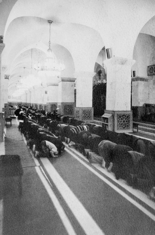 Modlitka w Wielkim Meczecie Umajadów w Aleppo. Guma dwuchromianowa circa 18x27cm, limitowany nakład 15 sygnowanych i numerowanych odbitek.