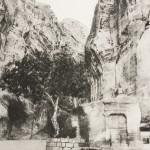 Ruiny skalnego miasta. Guma dwuchromianowa circa 18x27cm, limitowany nakład 15 sygnowanych i numerowanych odbitek.
